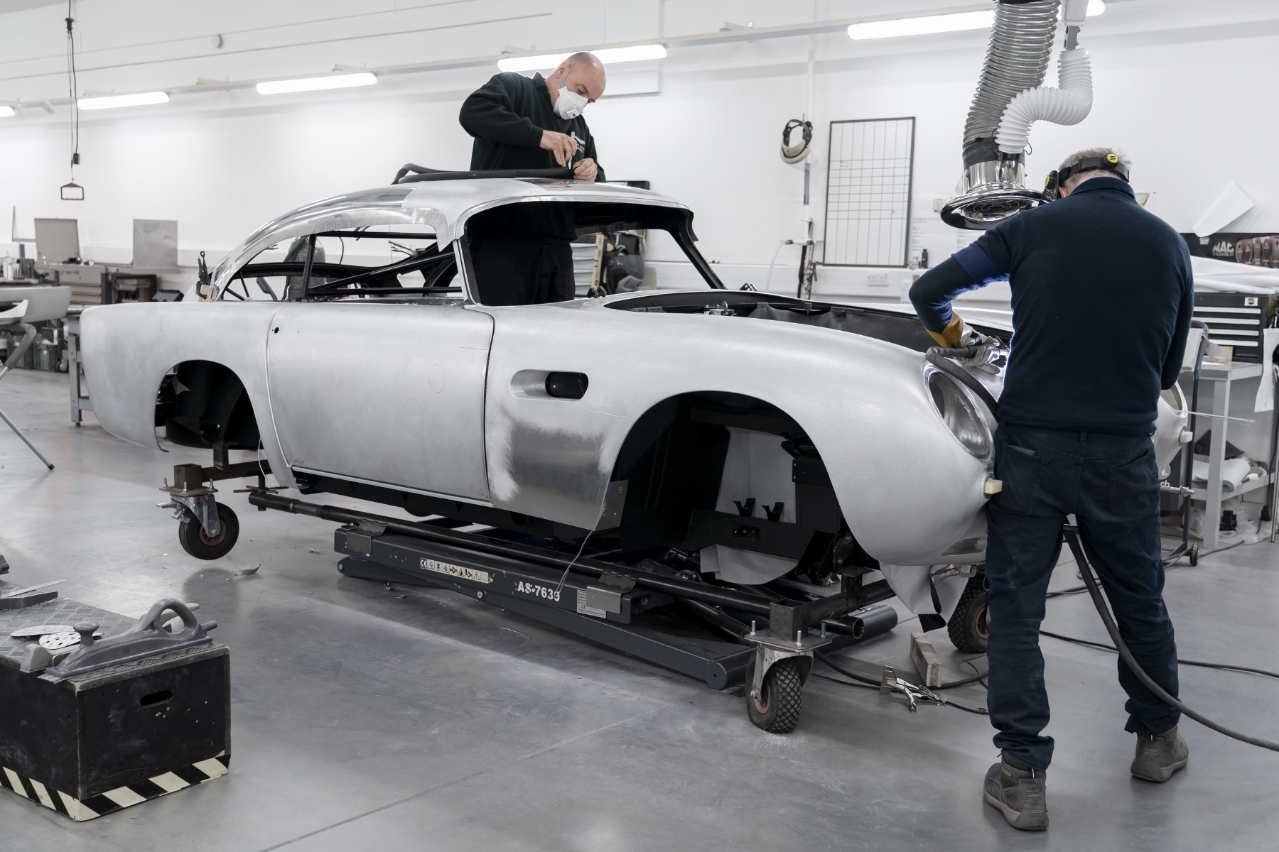 Aston Martin DB5 Goldfinger Continuation (1)