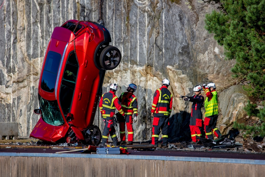 274395_Volvo_Cars_drops_new_cars_from_30_metres_to_help_rescue_services_save (850x567)
