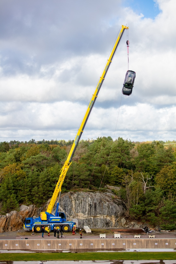 274396_Volvo_Cars_drops_new_cars_from_30_metres_to_help_rescue_services_save (567x850)