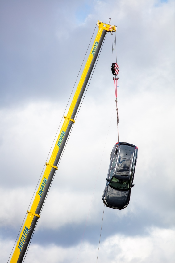 274397_Volvo_Cars_drops_new_cars_from_30_metres_to_help_rescue_services_save (567x850)