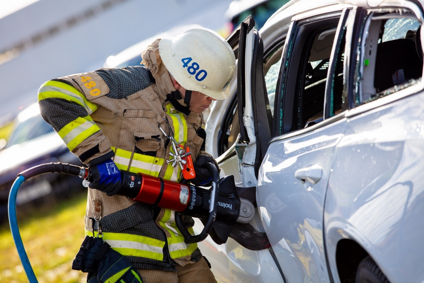274401_Volvo_Cars_drops_new_cars_from_30_metres_to_help_rescue_services_save (850x567)