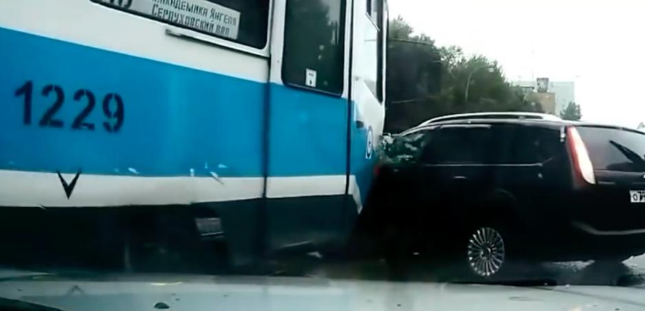Auto vs. Električka: Pre toto sa oplatí odbáčať opatrne