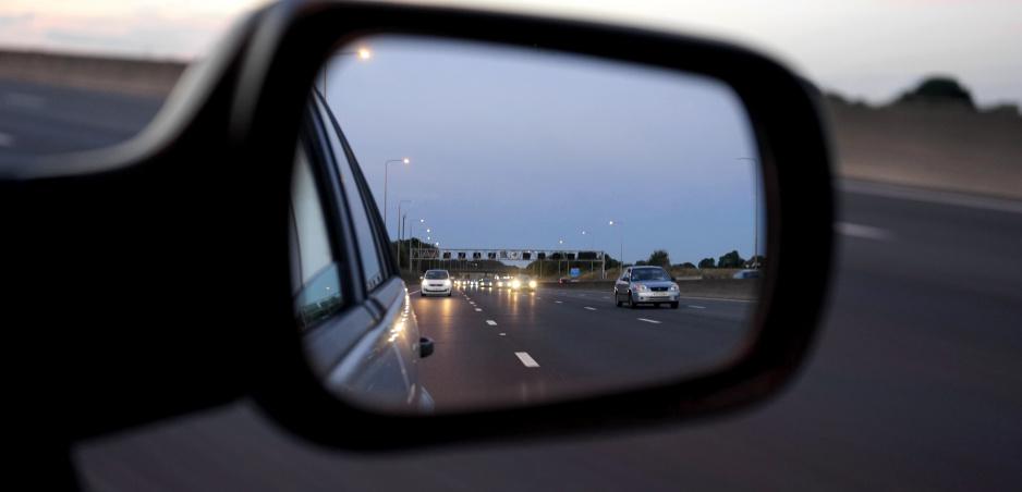 Bliká na vás vozidlo za vami? Polícia vysvetľuje, prečo sa musíte uhnúť (vyberáme z archívu)