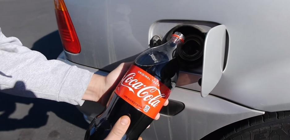 Cola namiesto benzínu? Na následky sa pozrel známy youtuber