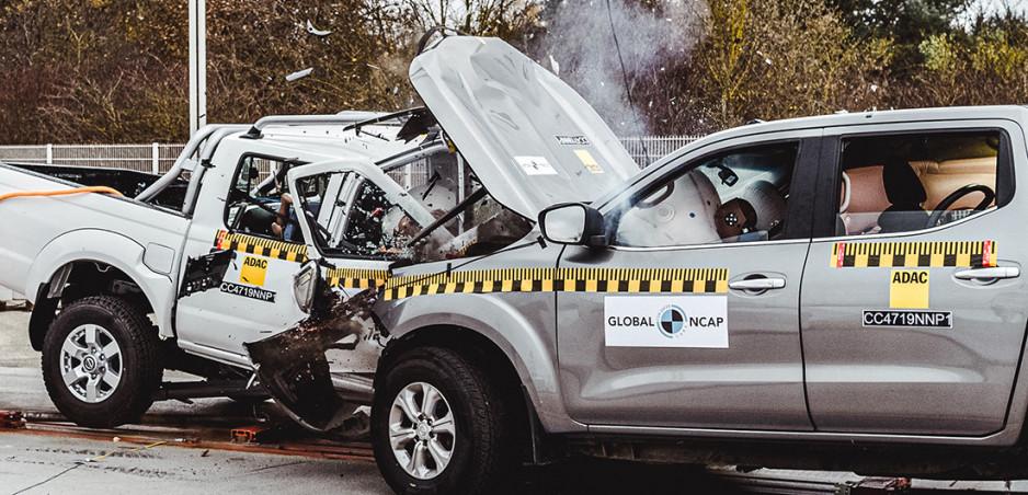 """Crash test: Starý """"európsky"""" Nissan rozbil nový """"africký"""" Nissan"""