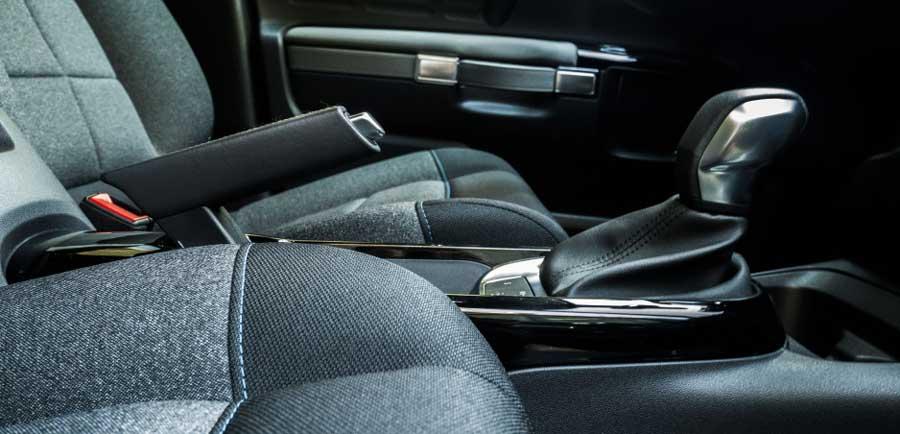Dajú automobily zbohom manuálnej ručnej brzde?