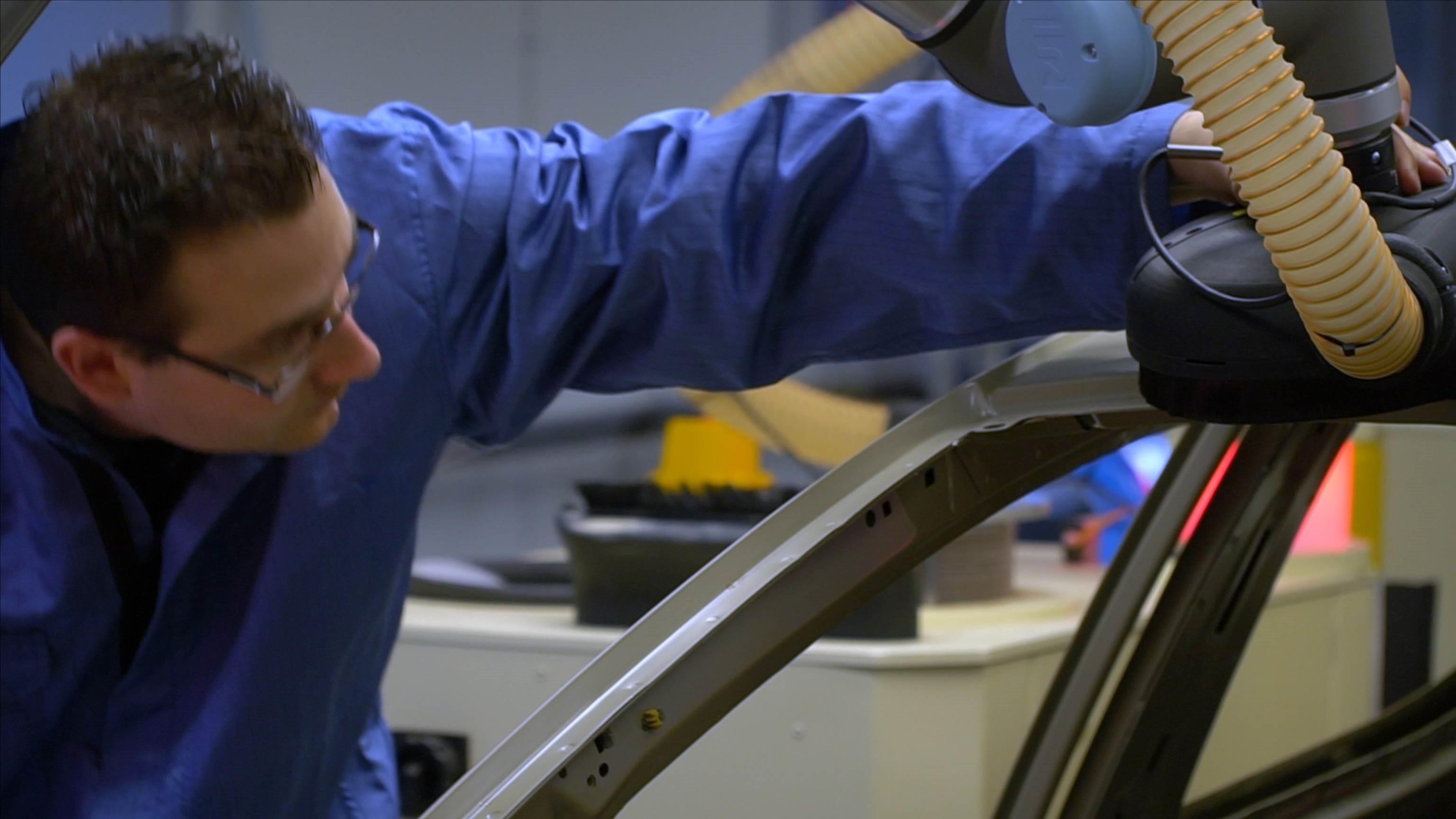 Ford v boji proti koronavírusu testuje vibrujúce náramky