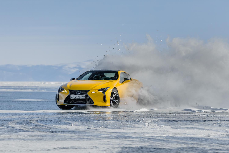 Lexus LC a RX sa predvádzajú na fotkách zamrznutého jazera Bajkal