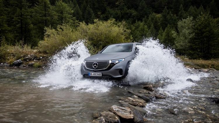 """Mercedes EQC 4x4² - aj """"elektrika"""" môže byť zábavná a schopná v teréne"""