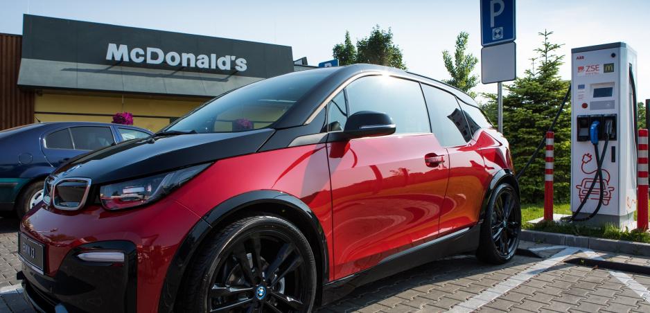 Na prevádzkach McDonald pribudnú rýchlonabíjacie stanice pre elektromobily