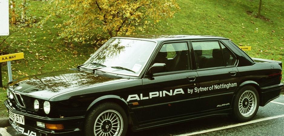 Nikdy nesúď knihu podľa obalu. Keď staré BMW môže poraziť Veyron.
