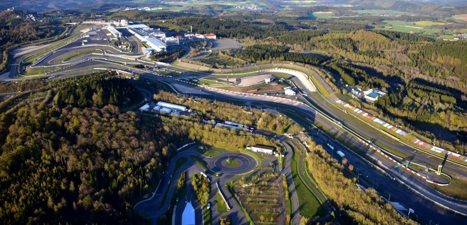 Nordschleife 2017: Preteky dodávok, horiace autá, akčné drifty