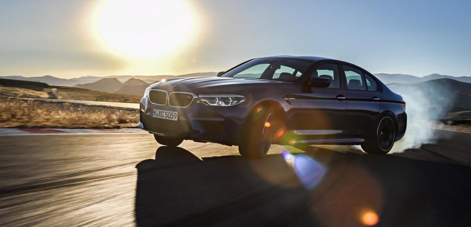 Nové BMW M5 malo byť pôvodne so zadným pohonom
