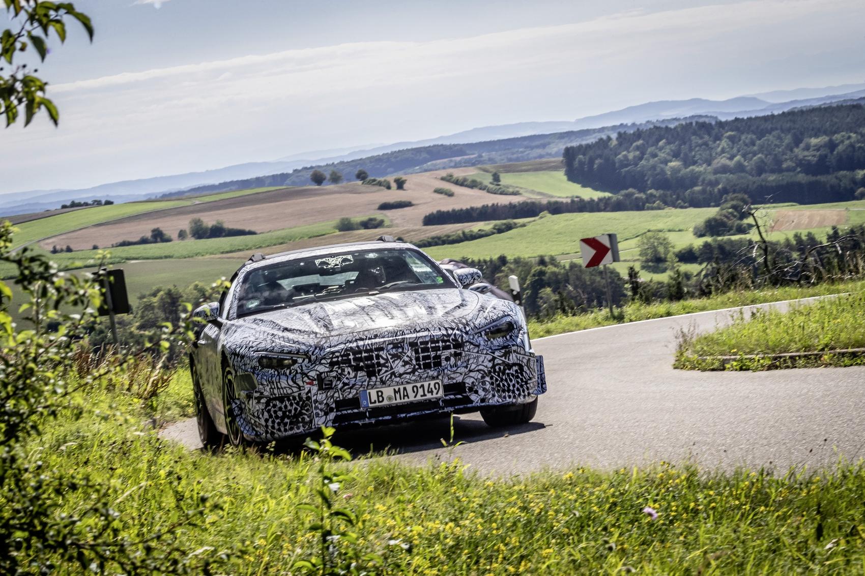 Nový Mercedes SL roadster sa už preháňa po cestách