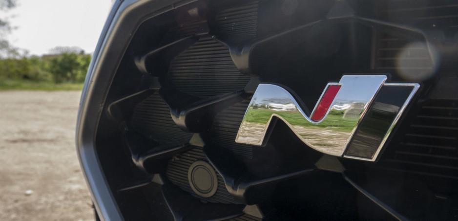 Ostrý Hyundai i20 N sa už preháňa po cestách. Foto maskovaného modelu v článku