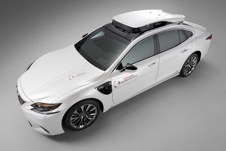 Patent Toyoty: Autonómne vozidlo dodá vodičom v núdzi palivo, alebo nabije batériu