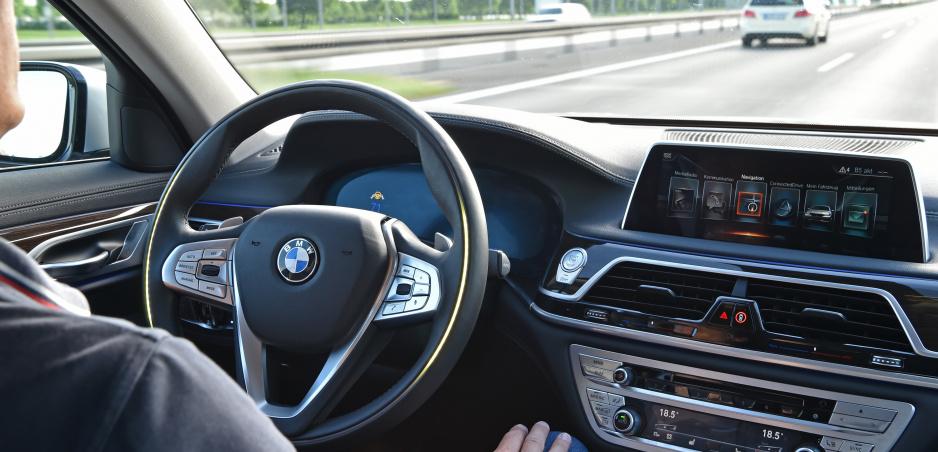 Plne autonómne autá nikdy nedovolia, tvrdí člen predstavenstva BMW