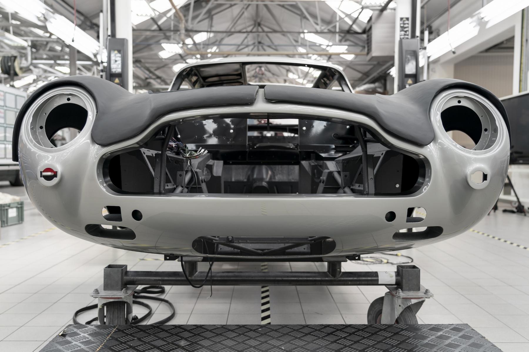 Po 55 rokoch začne Aston Martin opäť vyrábať auto Jamesa Bonda aj s filmovými vychytávkami