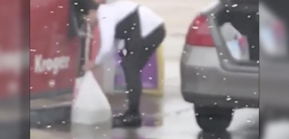 Šialenstvo! Žena natankovala do igelitovej tašky
