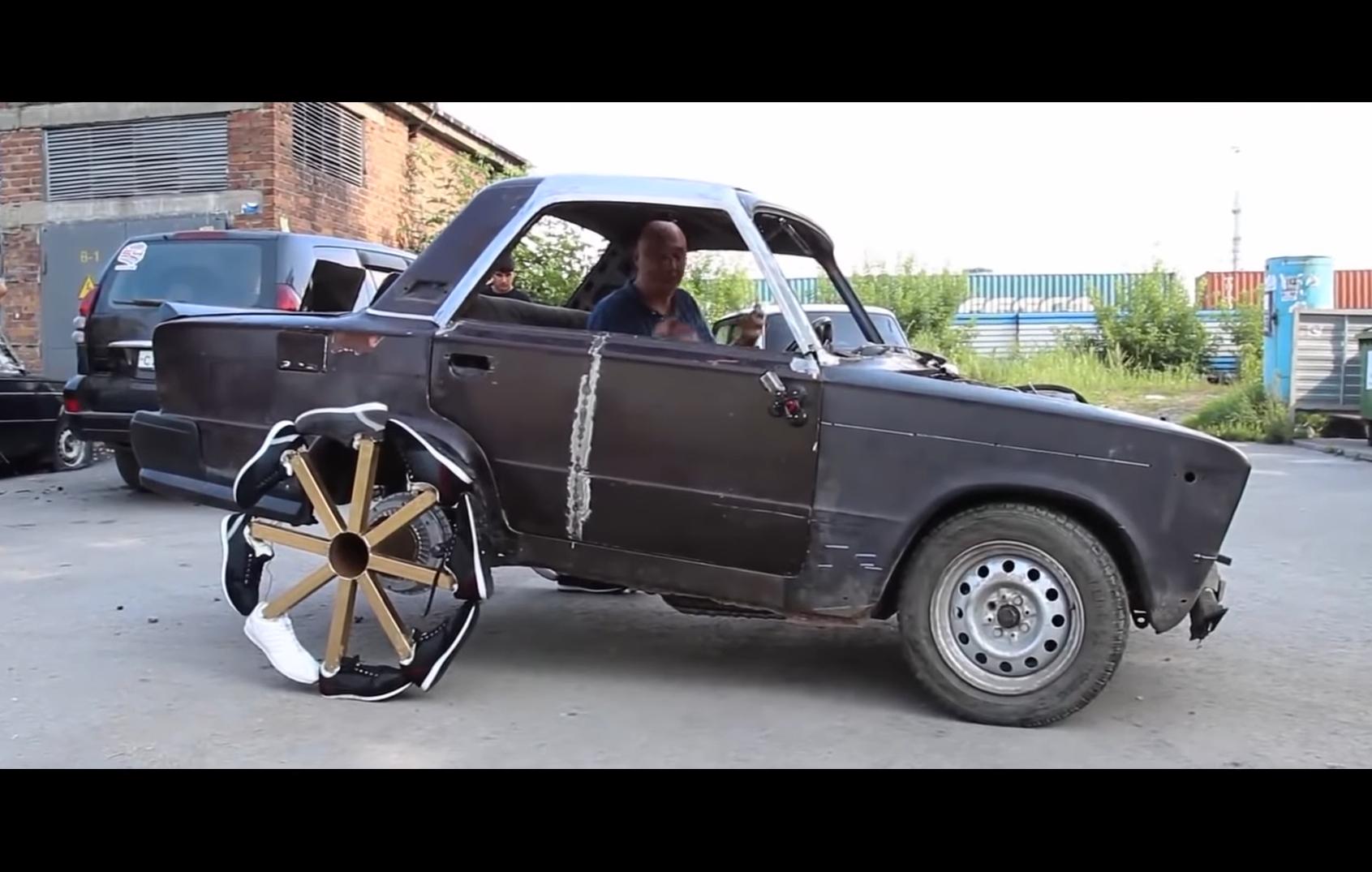 Šialený pokus: Rus obul auto do topánok. Takto jazdí