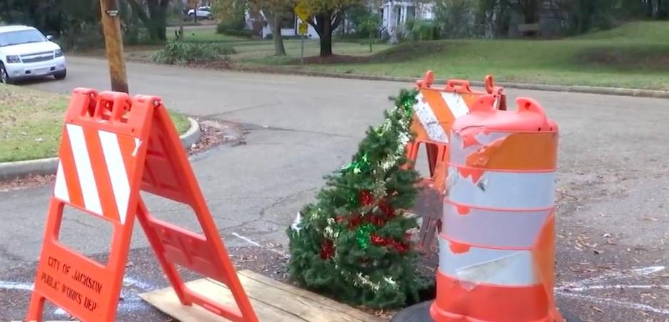 Tento vianočný stromček stojí priamo uprostred cesty