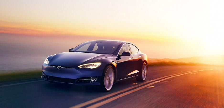 Tesla a 97 ročný muž: Pozrite si jeho reakcie na supermoderný sedan