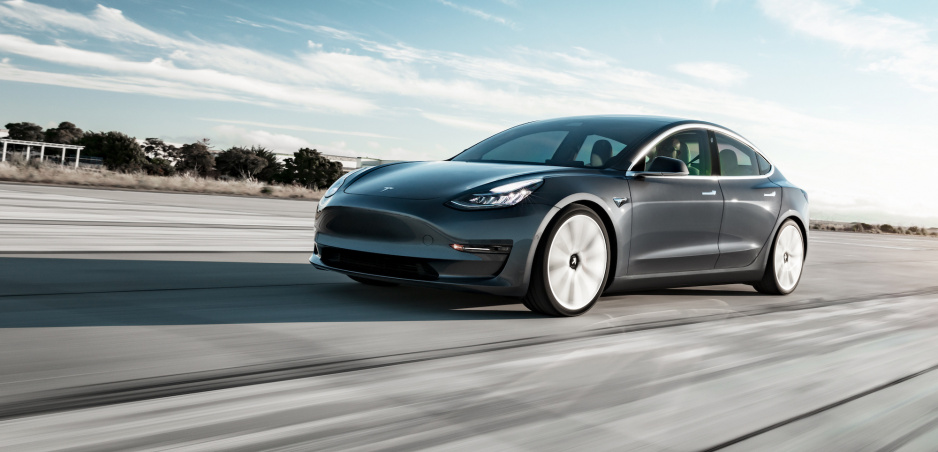 Tesla dostala novú funkciu, skríži vám cestu a vybrzdí vás