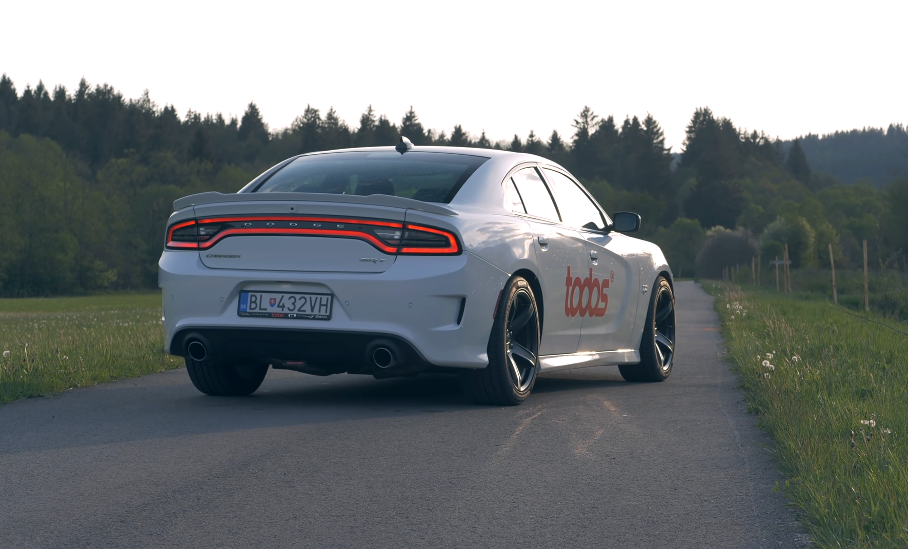 Test: Dodge Charger 6,4 V8 392 HEMI a driftovanie je zábava