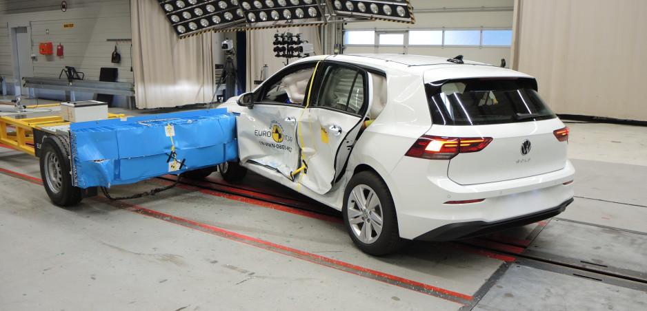 Testami Euro NCAP prešlo desať áut. Novému VW Golf sa pri náraze otvorili dvere