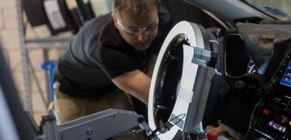 Toyotu počas testovania prevádza cez výtlky a nerovnosti robot za volantom