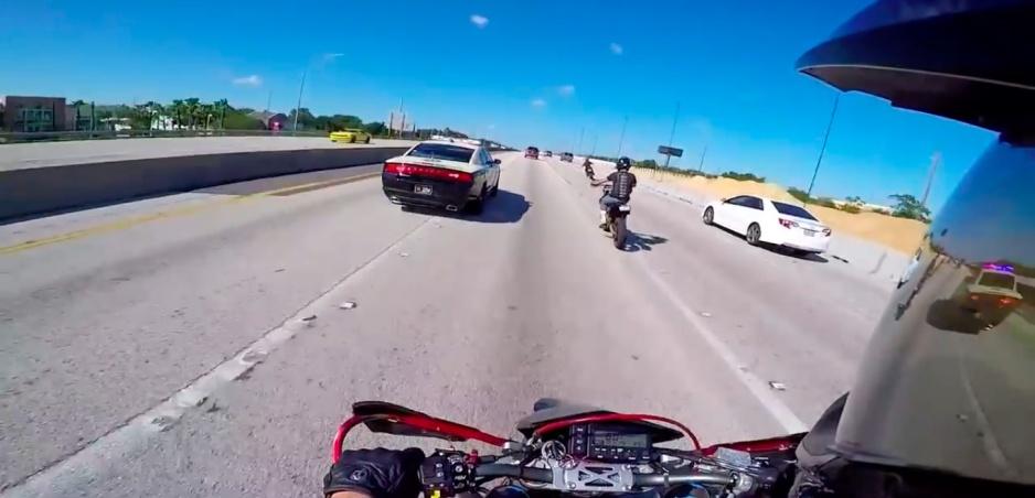 Úplne ako z GTA: Títo motorkári si z policajtov nič nerobia