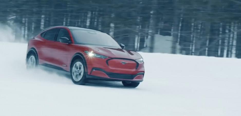 Video: Mustang Mach-E na snehu vyzerá naozaj zábavne
