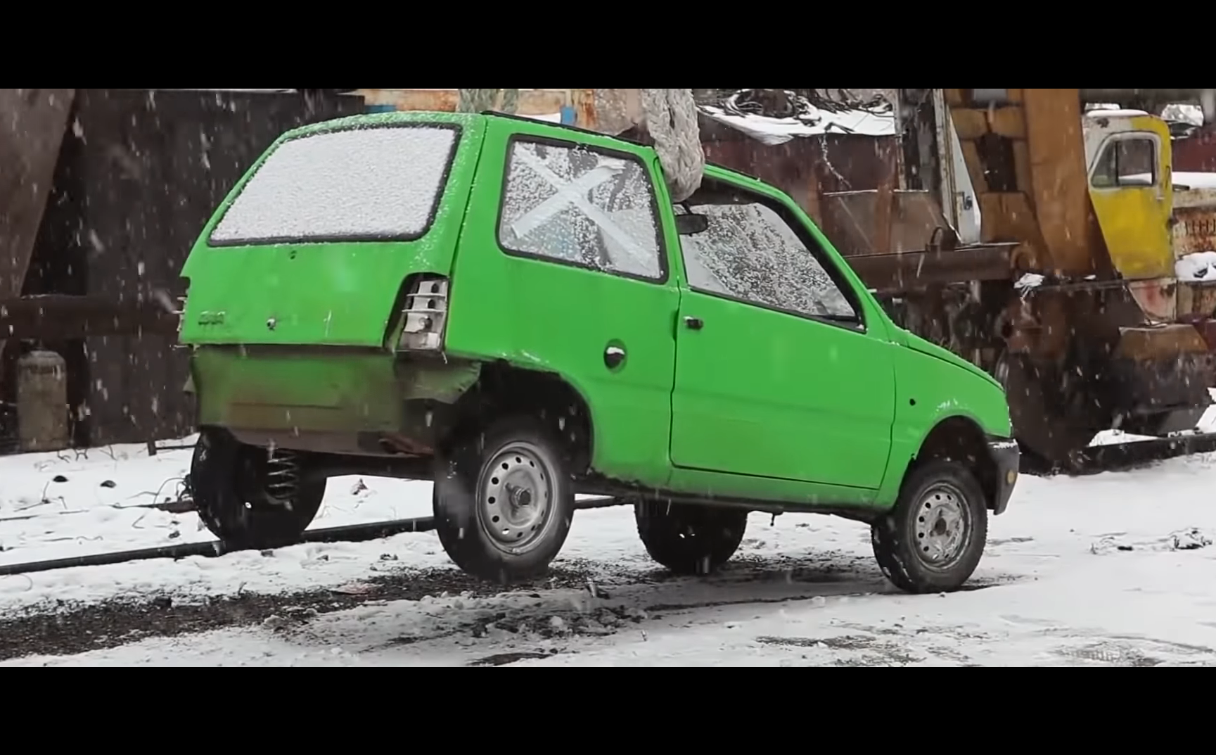 Video: Rus nadvihol auto len pomocou toaletného papiera