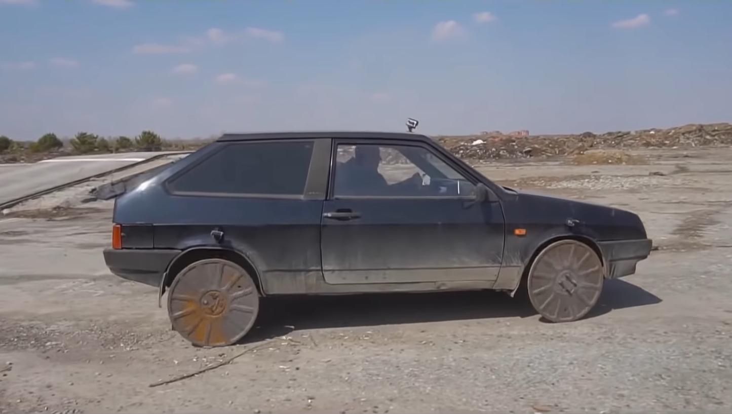 Video: Rus namontoval namiesto kolies poklopy od kanálu