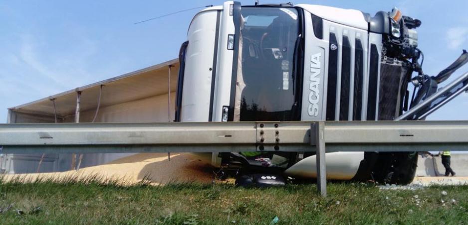 Víkendovú nehodu kamióna na D1 zachytila kamera. Video zverejnila polícia