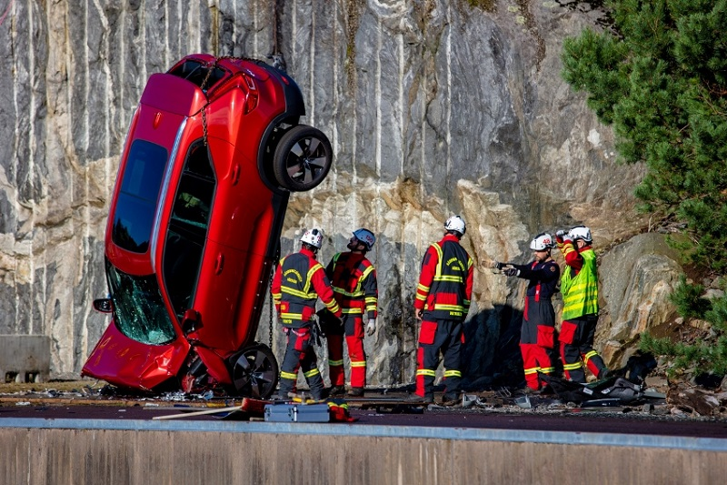 Volvo zhadzovalo autá z výšky 30 metrov, aby pomohlo so záchranou životov