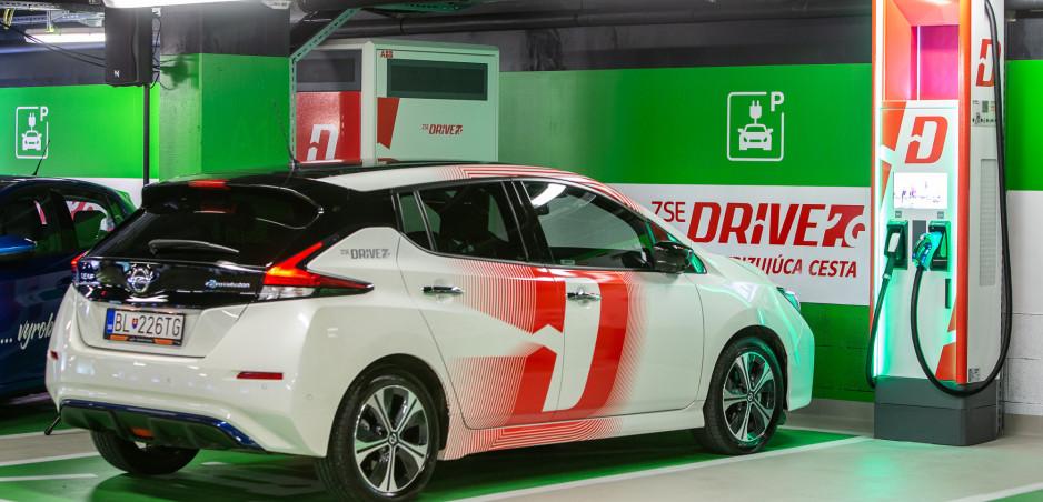 ZSE otvorila prvý Ultrarýchly nabíjací HUB pre elektromobily