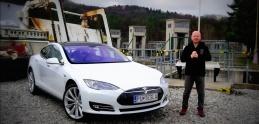 Rasťo Chvála skúša Tesla Model S.