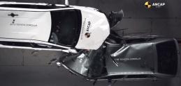 Ako sa zmenila bezpečnosť? V crash teste sa proti sebe postavili autá z  roku 1998 a 2015