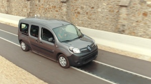 Renault predviedol bezdrôtové nabíjanie elektromobilu pri rýchlosti 100 km/h