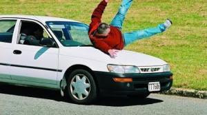 Hodiť sa pod auto a dobre zarobiť? Týmto podvodníkom to nevyšlo (vyberáme z archívu)