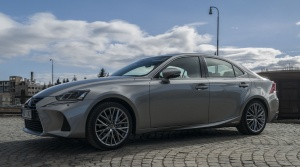 "Test: Lexus IS 300h potichu ""reže"" vzduch"