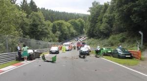 V nedeľu Nürburgring zatvorili po ťažkej nehode desiatich áut