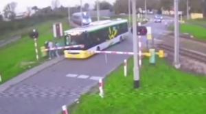 Poľský autobus ostal uväznený medzi závorami, po trati sa rútilo Pendolino