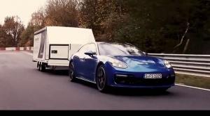 Netradičný rekord: Porsche Panamera prešlo Nürburgring s traktorom na prívese