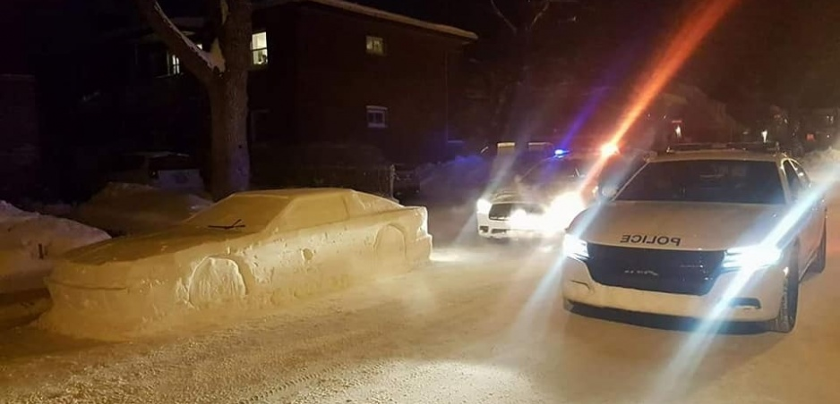 Snehové kráľovstvo: Kanaďan si vystrelil z policajtov autom zo snehu