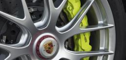 Brzdy od Porsche pískajú: Automobilka vysvetľuje, prečo to je v poriadku