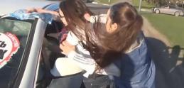 Youtuberi z Ruska vyučujú vodičov: Za arognatné správanie dostanú nálepku cez okno
