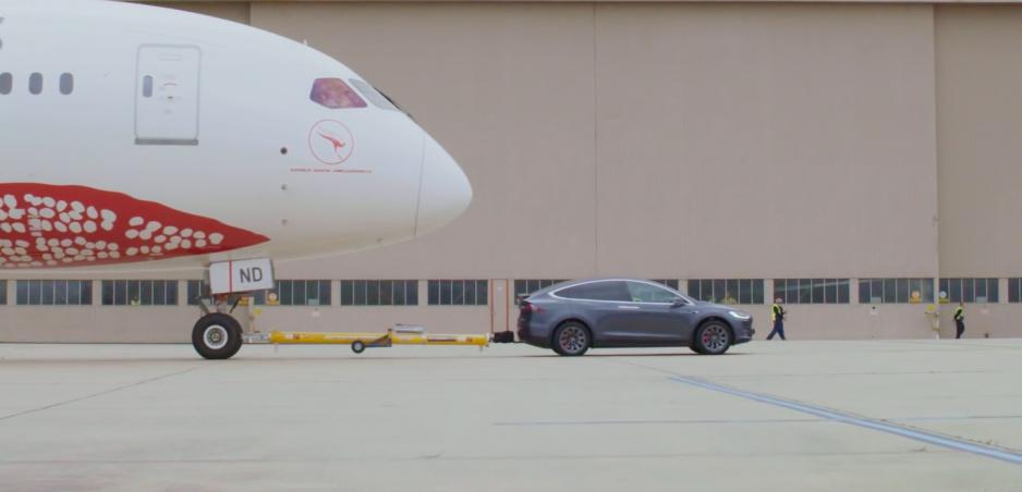 Model X nie je len pekný, ale aj výkonný. Utiahol Boeing