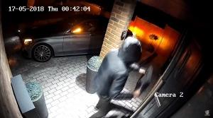 Video: Ďalšia jednoduchá krádež auta s bezkľúčovým systémom. Zlodejom stačilo niekoľko sekúnd